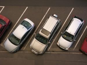 Schrägparker auf einer Straße