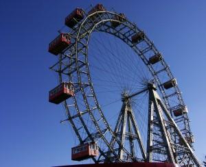 Riesenrad im Prater in Wien vor blauem Himmel