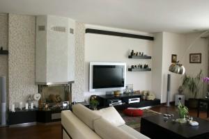 Eingerichtetes Wohnzimmer mit Kamin Flatscreen und mehr