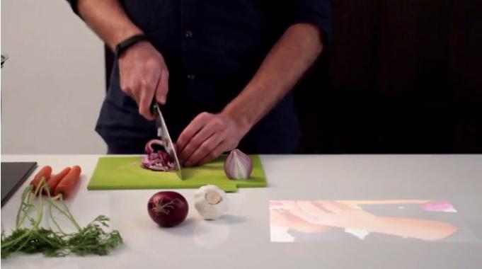 Projektion eines Videos auf Küchenablage
