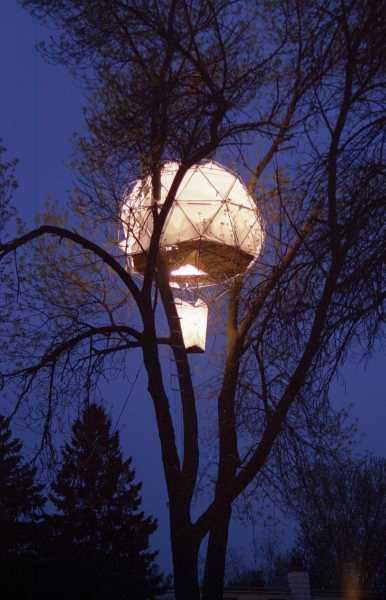 Leuchtendes Ballon-Baumhaus