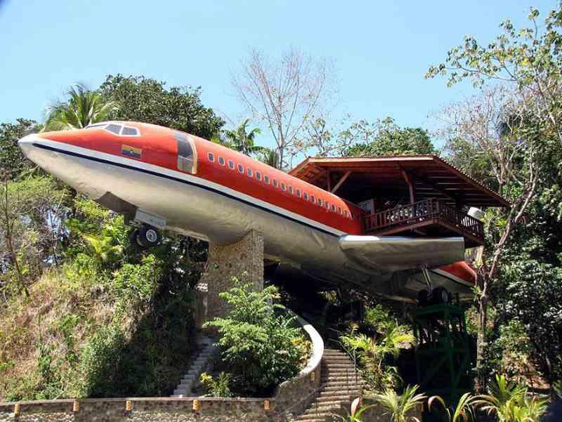 Flugzeug in Bäumen als Suite