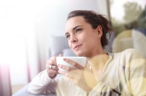 Frau trinkt entspannt Tee