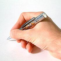 Hand mit Stift unterschreibt Vertrag