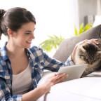 Frau mit Katze in Wohnung