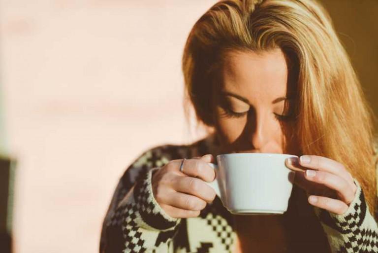 Frau trinkt Tee gegen ihre Erkältung
