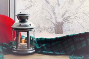 Gemütlicher Ausblick aus beheizter Wohnung in Winter-Landschaft