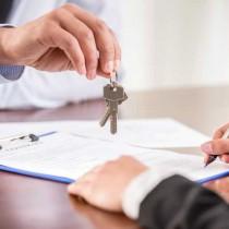 Übergabe des Schlüssels einer auf FindMyHome.at gefundenen Immobilie