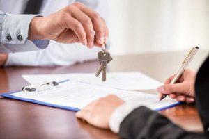 Vertrag eines Immobilienverkaufs wird unterzeichnet