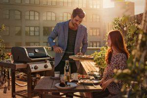 Paar grillt auf Terrasse