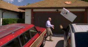 Walter White wirft Pizza aufs Dach