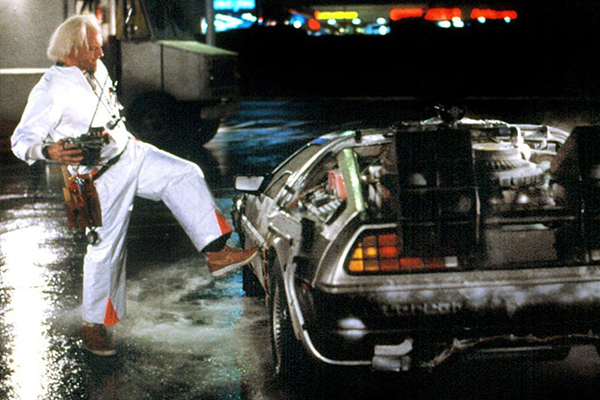 Doc Emmett Lathrop Brown mit seinem DeLorean
