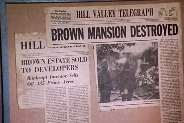 Im Intro des ersten Films: Die Zeitungsausschnitte vom Brown-Mansion-Feuer