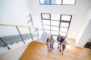 Makler zeigen jungem Paar ein Haus
