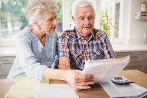Älteres Paar rechnet Finanzen durch