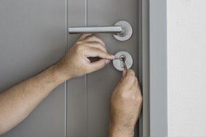 Schlüsseldienst beim Aufsperren einer verschlossenen Tür