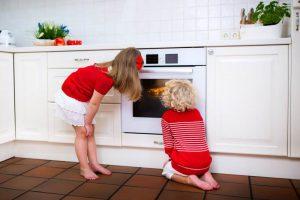 Kinder vor energiesparendem Herd