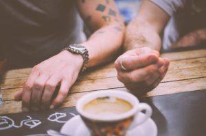 Paar trinkt Kaffee zusammen
