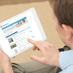 Mann sucht Immobilie auf Tablet