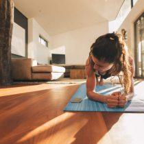 Frau trainiert zuhause in ihrer Immobilie