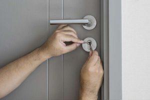 Einbrecher versucht Türschloss zu öffnen