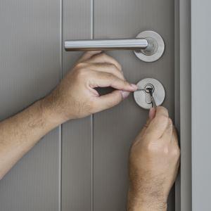 Mann versucht Türschloss zu knacken