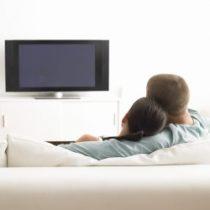 Paar vorm Fernseher im Wohnzimmer